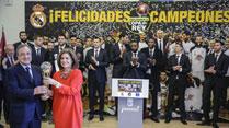 Ir al VideoEl Real Madrid ofrece la Copa del Rey a la ciudad