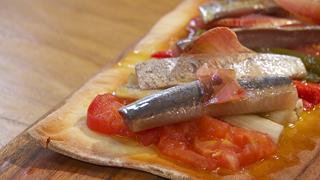Torres en la cocina - Receta de coca de verduras y sardinas y coca de sobrasada y queso de cabra