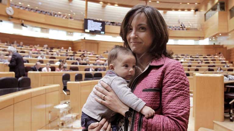 Una senadora lleva a su bebé a la sesión de control para pedir votar desde casa