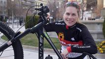 Ir al VideoRecorrer el desierto del Sáhara en bicicleta para luchar contra la violencia de género