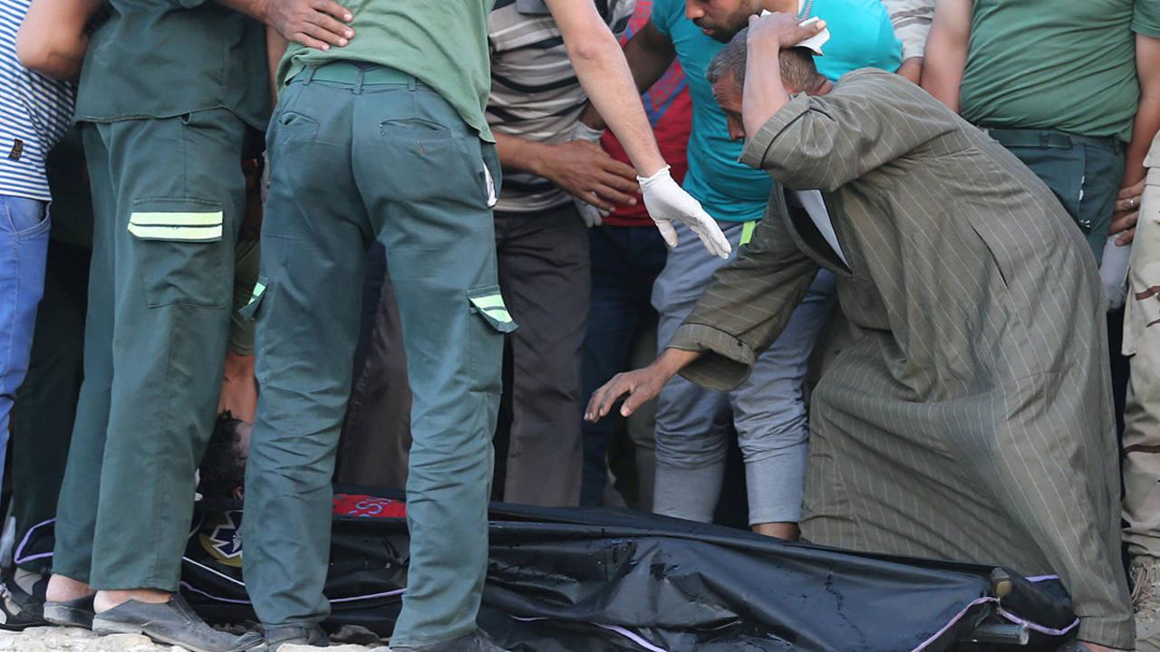 Recuperan el cuerpo de una de las víctimas del naufragio en Egipto