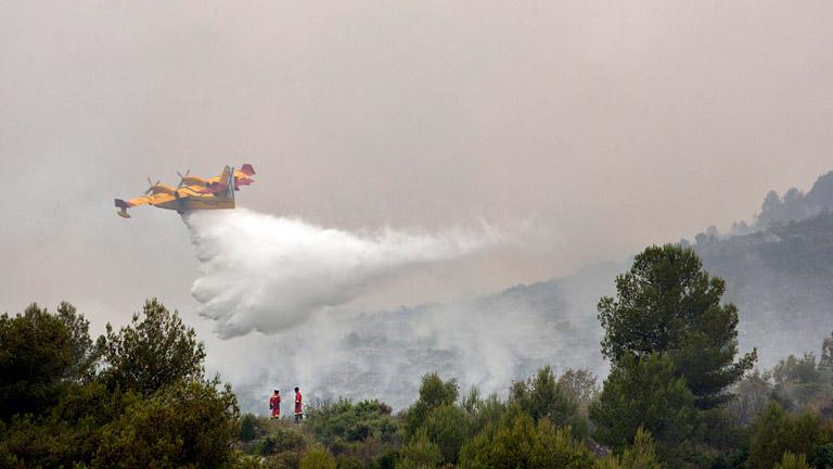 Refrescan las zonas de los incendios de Barcelona y Valencia, con los vecinos ya en casa