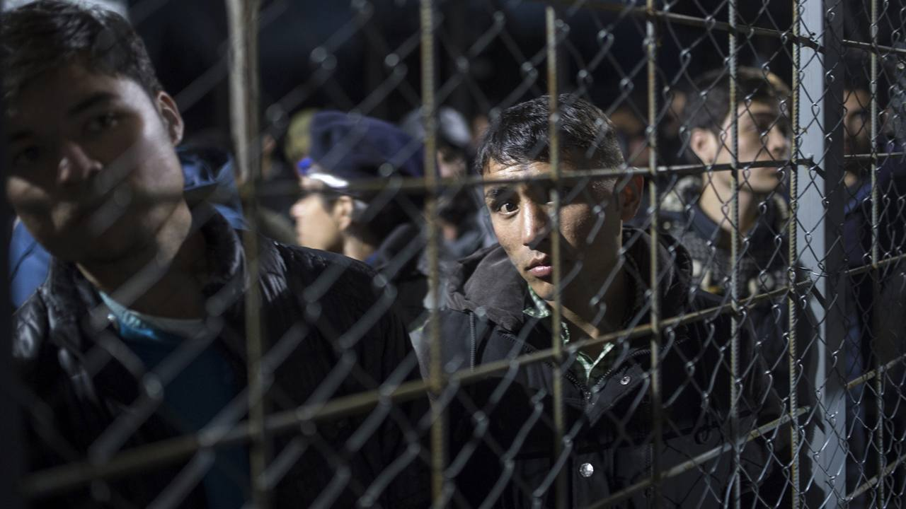 Refugiados afganos y sirios esperan para cruzar la frontera entre Macedonia y Grecia, cerca de GevgelijaRefugiados afganos y sirios esperan para cruzar la frontera entre Macedonia y Grecia, cerca de Gevgelija