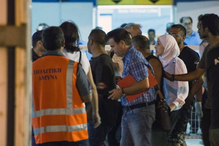 Refugiados rescatados en alta mar desembarcan en Limassol, Chipre