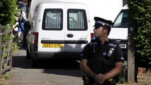 Registro en Londres de la casa de la familia asesinada el miércoles pasado en Francia