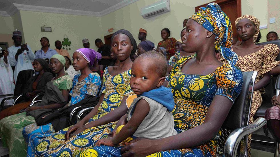 Regresan con sus padres 21 niñas secuestradas por Boko Haram