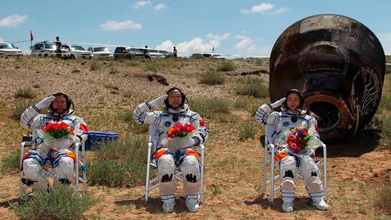 Regresan a la tierra los cosmonautas chinos de la nave Shenzhou IX