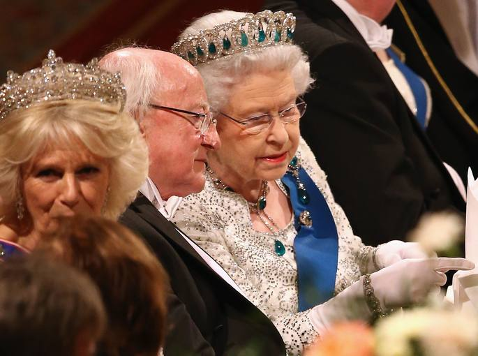La reina Isabel II y el presidente irlandés Michael D. Higgins charlando durante el banquete ofrecido en el palacio de Windsor