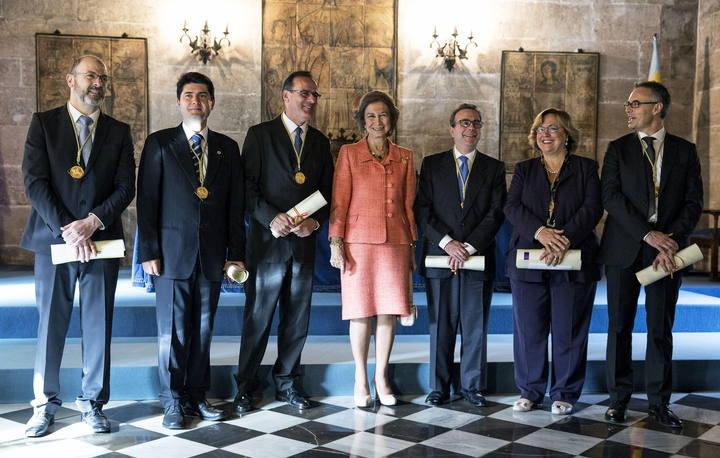 La reina Sofia posa con los galardonados con los Premios Rey Jaime I de Investigación 2014.