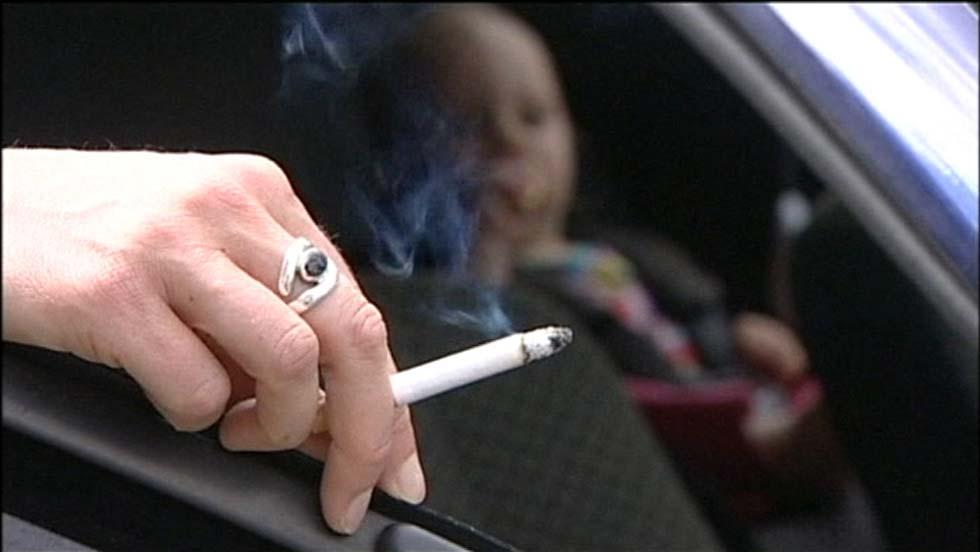 Reino Unido prohibe fumar en los coches si viajan menores