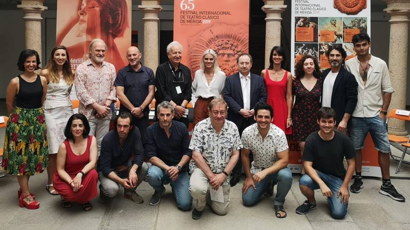 El reparto de 'Prometeo' en la presentación de la obra en Mérida.