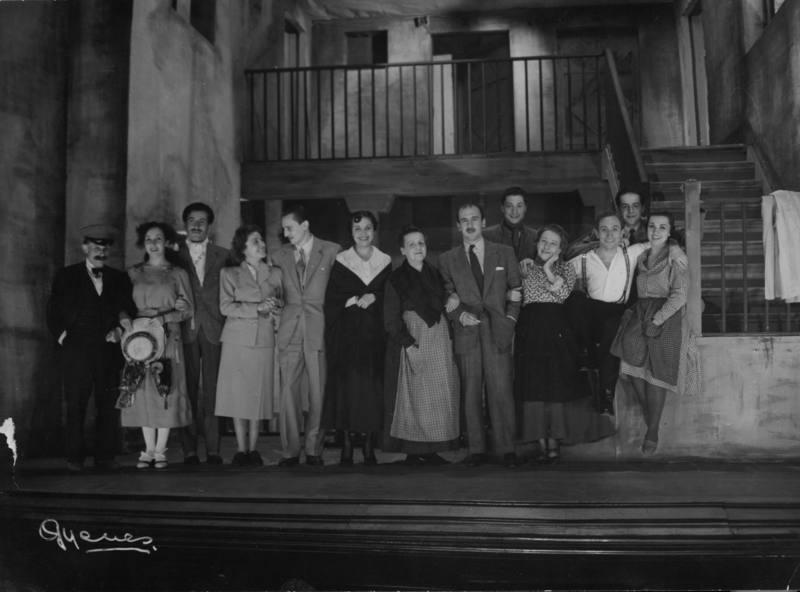 Representación de 'Historia de una escalera' en 1949 con Buero Vallejo en el escenario