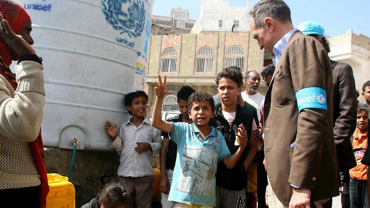 El representante de Unicef en Yemen, Julien Harneis, escucha a un niño durante su visita a la ciudad de Taiz, el 2 de enero de 2016. REUTERS/Anees Mahyoub