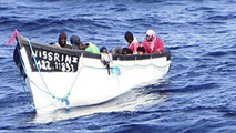 Ir al VideoRescatan a 38 inmigrantes, cuatro de ellos fallecidos, de dos pateras que iban a Canarias