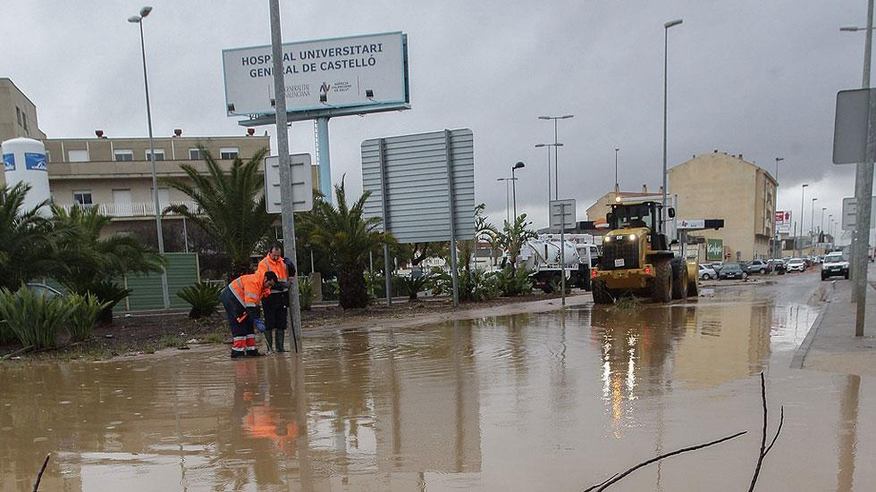 Rescatan el cadáver de un hombre de un vehículo volcado en una rambla de Cabanes, en Castellón