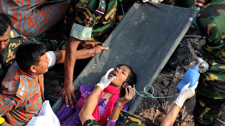 Rescatan con vida a una mujer 16 días después del derrumbe en Bangladesh