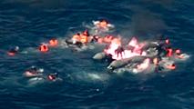 Rescate al límite de 34 inmigrantes a bordo de una patera en llamas