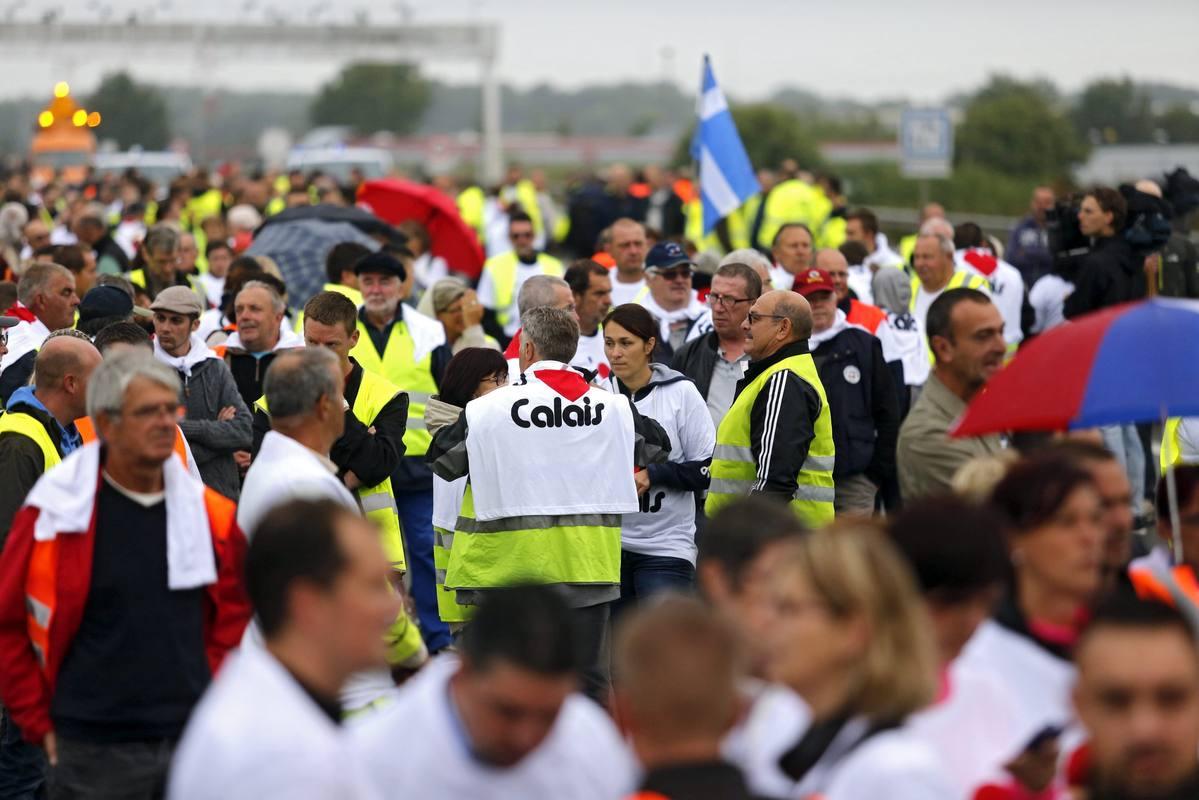 Residentes y conductores de camión participan en una protesta para reclamar el desmantelamiento de la llamada
