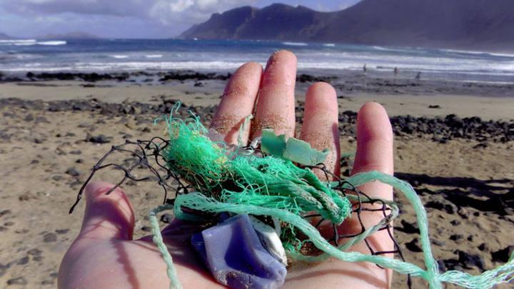 Residuos plásticos recogidos cerca de Caleta de Famara, Lanzarote, por la investigadora principal del estudio Jenna Jambeck.