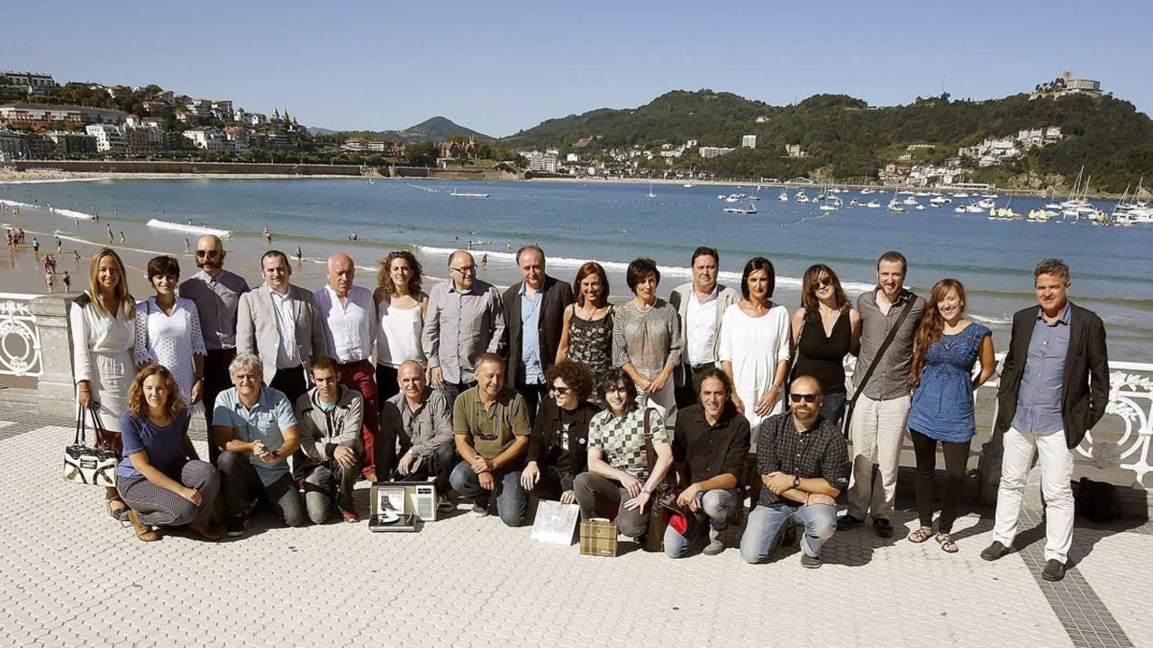 Responsables del Festival de San Sebastián y varios colaboradores posan después de la rueda de prensa de presentación del cine vasco