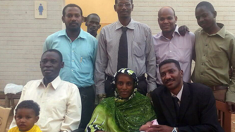 Retienen a la sudanesa que se libró de pena de muerte al intentar salir del país