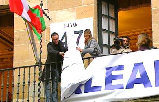 Retiran la pancarta del Ayuntamiento de Bermeo tras la liberación del Alakrana