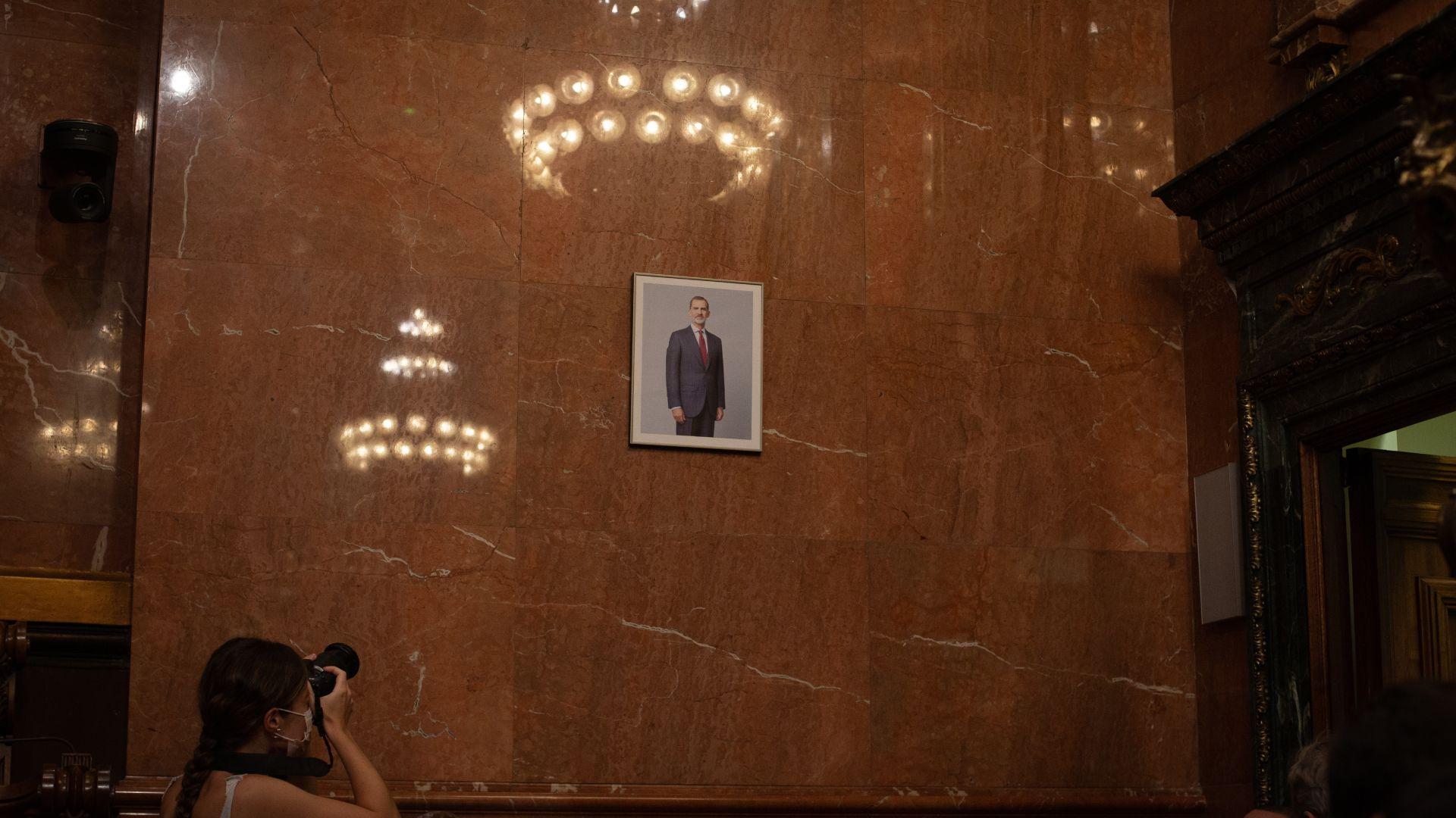 Ir al VideoEl retrato del rey vuelve al salón de plenos del Ayuntamiento de Barcelona