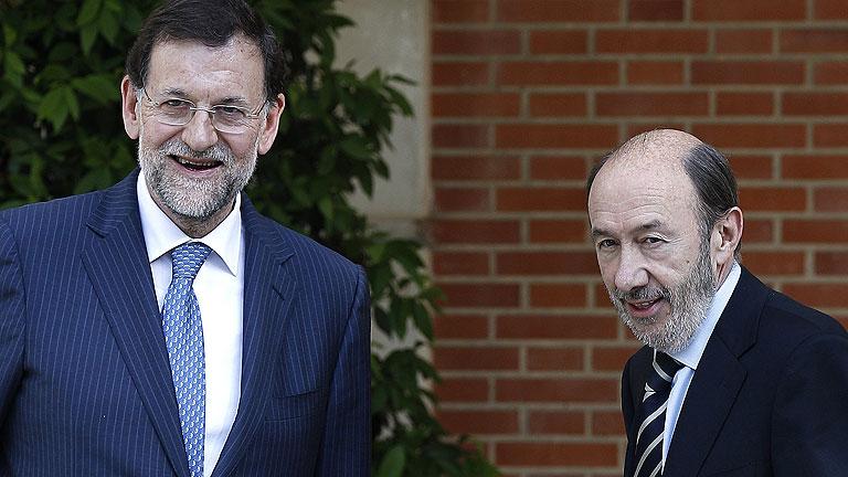 Rajoy y Rubalcaba pactan unir su voz en la UE y revisar las administraciones