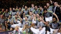 Ir al VideoEl 'rey de Copas' ofrece el trofeo a la ciudad de Madrid