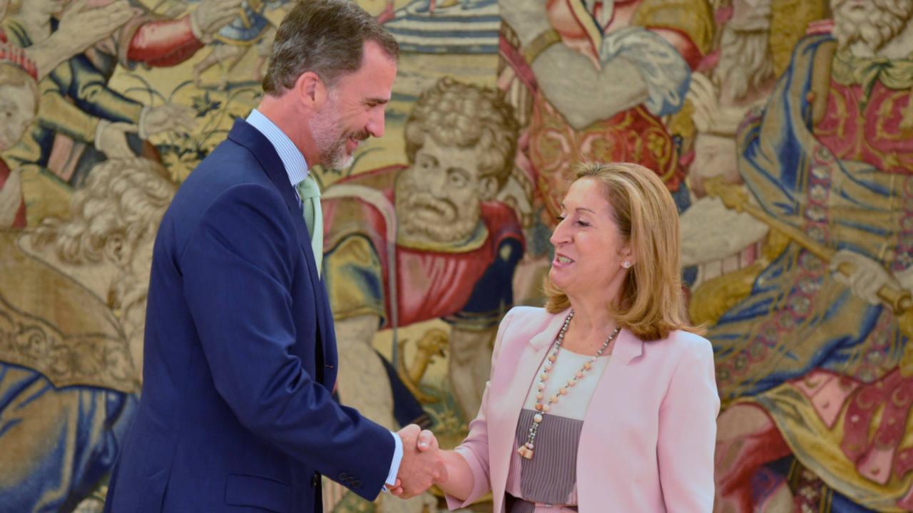 El rey Felipe saluda a la presidenta del Congreso en el Palacio de la Zarzuela