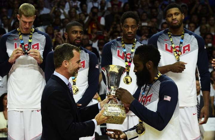 El rey Felipe VI entrega a Harden el trofeo de ganador del Mundobasket.