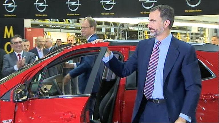 El rey inaugura la línea de producción del Opel Mokka