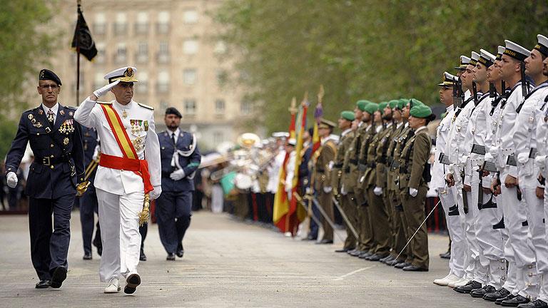 El rey reaparece en público con motivo del Día de las Fuerzas Armadas más austero