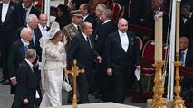 Ir al VideoLos reyes asisten a la canonización de Juan Pablo II y Juan XXIII