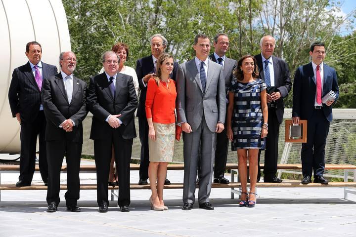 Los reyes, Felipe VI y Letizia, junto a la secretaria de Estado de I+D+i y los galardonados en los Premios Nacionales de Innovación y Diseño 2014.