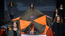 Ir al VideoRiesgo y sorpresa en el cierre de la Semana de la Moda de Madrid