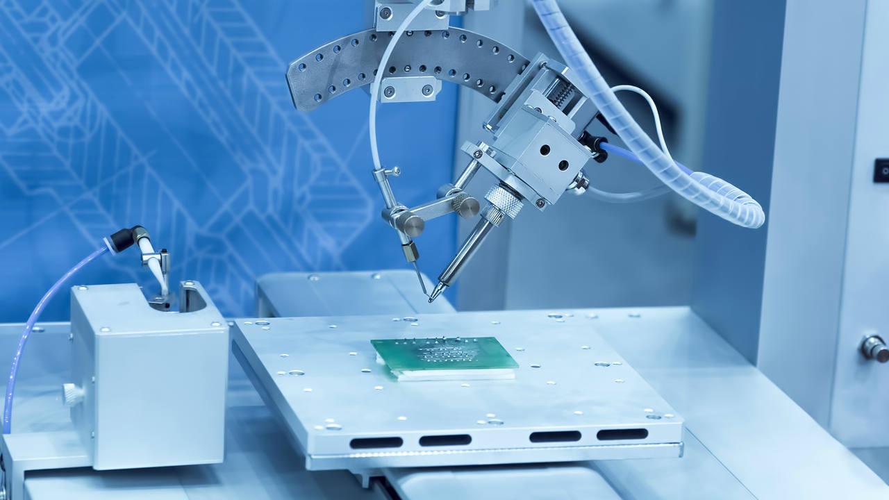 Un robot fabricando una placa