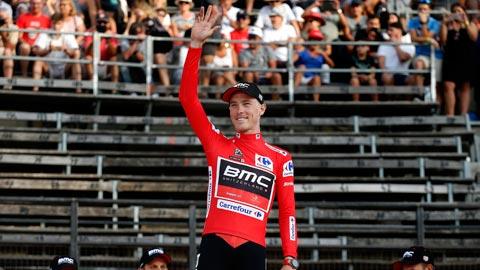Rohan Dennis del BMC se enfunda el primer maillot rojo de la Vuelta