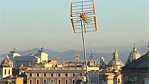 Ir al VideoRoma se propone limpiar sus tejados de antenas y parabólicas