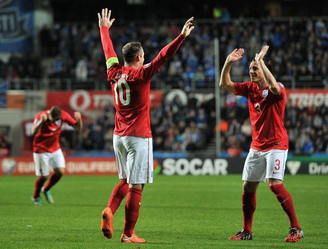 Rooney celebra el gol de Inglaterra en Estonia