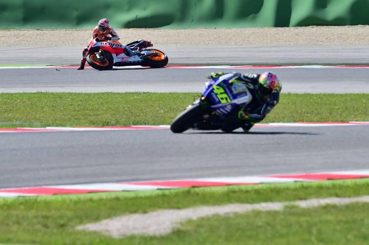 Rossi lidera la carrera con Márquez, al fondo, fuera de pista