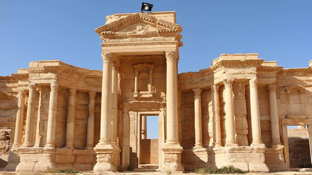 Ruinas de Palmira con una bandera del Estado Islámico