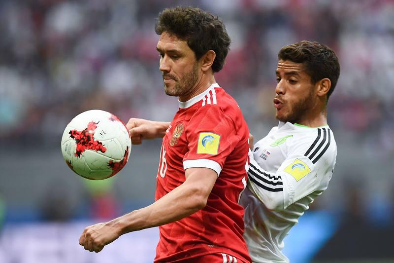 El ruso Zhirkov y el mexicano Dos Santos (d) pelean por un balón