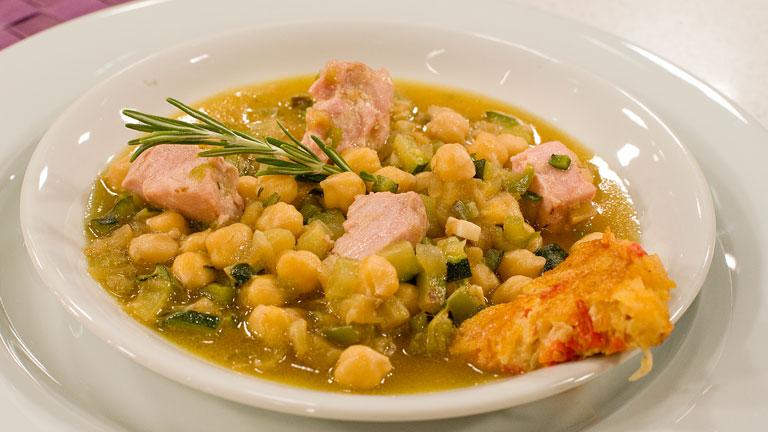 Receta de garbanzos con at n y pisto for Cocinar garbanzos