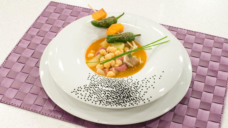 Receta de garbanzos con oreja y brocheta de verduras for Cocinar garbanzos