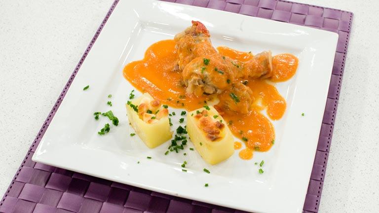 Muslo de pollo en salsa de tomate y pimientos con patatas for Cocinar patatas rellenas