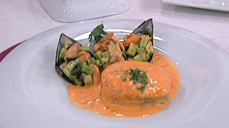 Pescadilla en salsa con mejillones rellenos 09 11 2011 for Cocinar mejillones en salsa