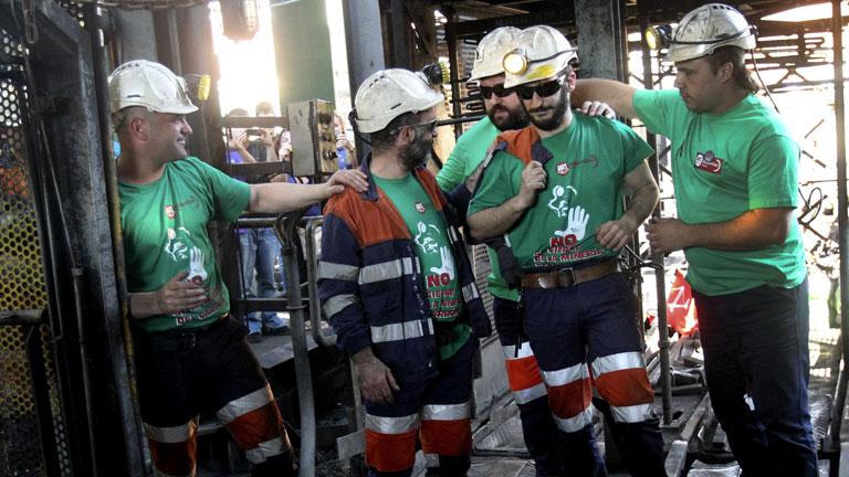 Salen los tres mineros del pozo de Aller tras 50 días de encierro