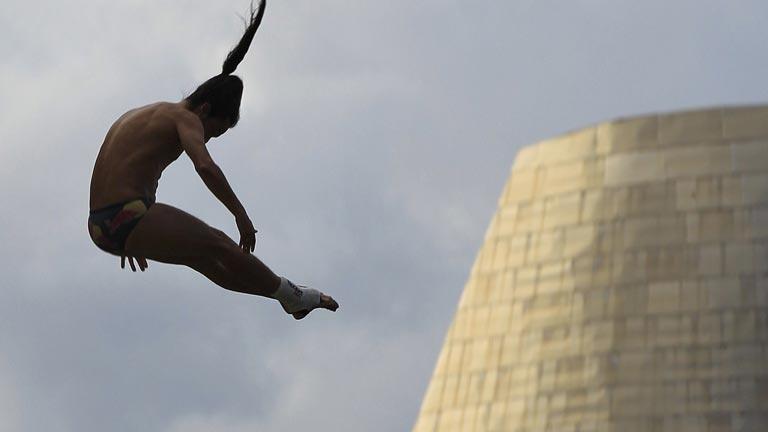 Los saltos de gran altura, espectáculo en la ría de Bilbao