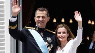 Ver vídeo  'Saludo de los reyes desde el balcón del Palacio Real de Madrid'